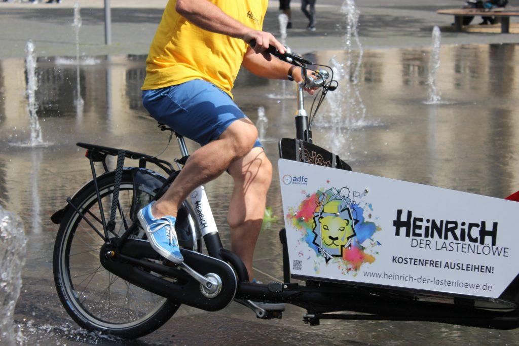 Fahrer fährt ein Lastenrad von der Initiative Heinrich der Lastenlöwe in Braunschweig